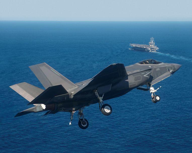 Een marineversie van de F-35 maakt zich op voor een landing op het vliegdekschip USS Nimitz. De vanghaak voor deze variant van de F-35 werd ontwikkeld door het Nederlandse bedrijf Fokker Landing Gear in Helmond. Eind 2014 landde de F-35 voor het eerst op een vliegdekschip. Beeld Lockheed Martin