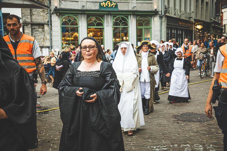 De historische figuren trekken door de stad.