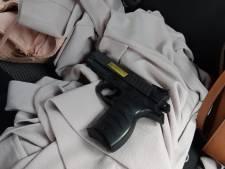 Politie houdt tweetal met nepwapen aan