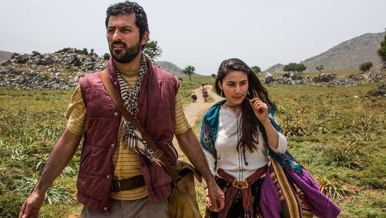 Zagros (Feyyaz Duman) en vrouw Havin (Halima Ilter) verruilen Koerdistan voor Brussel. Beeld Zagros