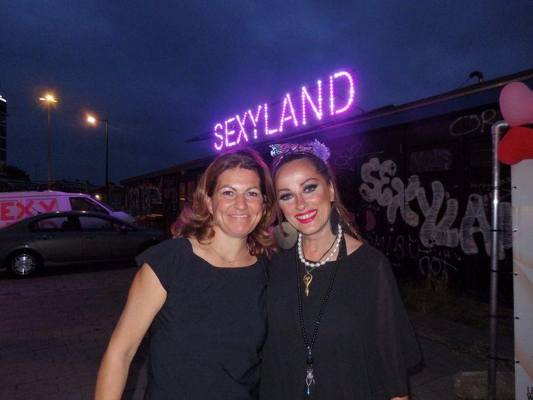 Oh Magazine-uitgever Sandy Wenderhold en schrijfster Nikkie van Lierop. Openingszin: 'De geur in de kamer is dik en zoet.' Beeld Schuim