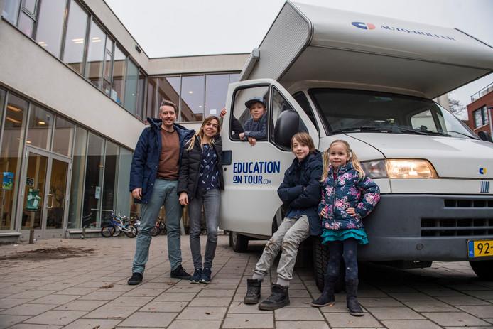 Ronald Heidanus en Inge van de Goor, Jonah (petje), Feie en Leiah wordejn vrijdagmiddag uitgezwaaid bij baisschool De Elzen.