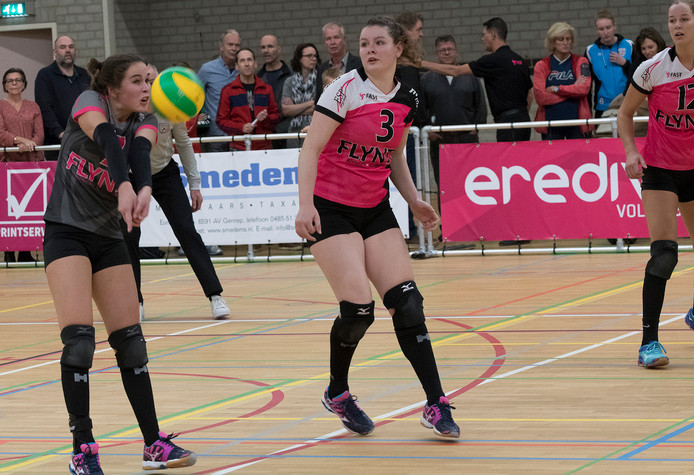 Libero Annefleur Peters (links) in actie voor FAST in de eredivisie.