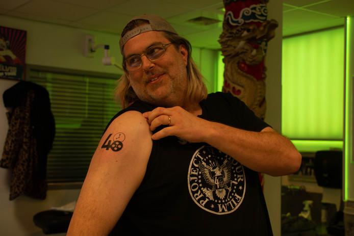 Filmfanaat Kirk Nordenstrom mag zich de eerste wereldburger noemen met een tattoo van het 48 Hour Film Project.