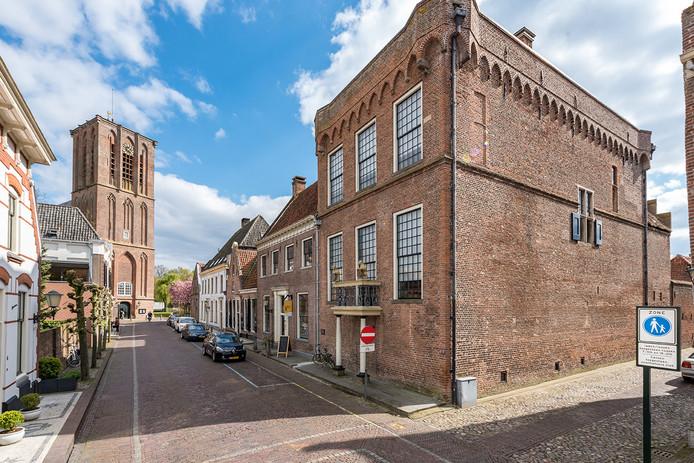 Het Nationaal Orgelmuseum (rechts) en op de achtergrond de Grote Kerk van Elburg.