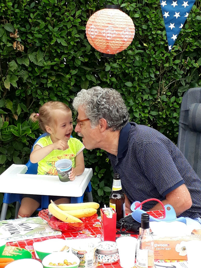 Jet giert het uit wanneer ze opa Bert een snoepje in zijn mond stopt. En opa Bert laat het zich smaken. Foto gemaakt door Wendy van Lent uit Almkerk.