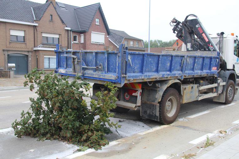 De geparkeerde vrachtwagen liep eveneens flink wat schade op.