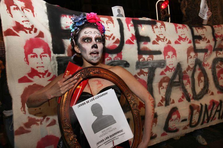Een studente tijdens een betoging voor de vermiste studenten. Beeld ap
