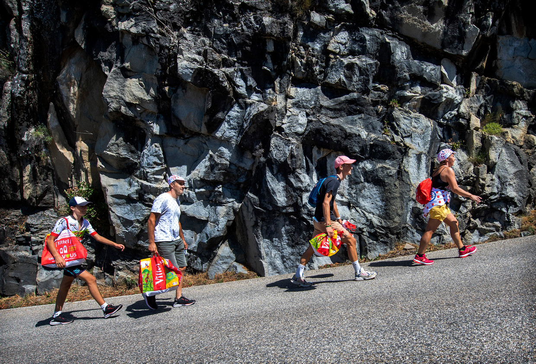 Vier gezinsleden uit Bretagne lopen 20 km naar de top van de Col de Turini. De Col was afgesloten voor auto's vanwege coronamaatregelen. Beeld Klaas Jan van der Weij