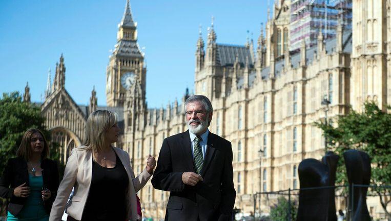 Sinn Fein-leider Gerry Adams (R) bij the Houses of Parliament in Londen. Beeld epa