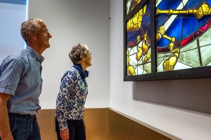 Museumbezoekers Joke Klinkspoor en Jan Moeijes bewonderen de Goudse Glazen.