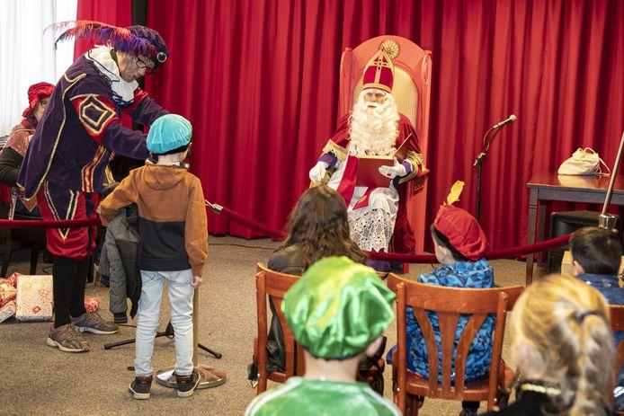 Het sinterklaasfeest in het Huis van Katoen en Nu: geen stampvolle zaal, maar kinderen die in kleine groepjes bij de Sint mogen komen.