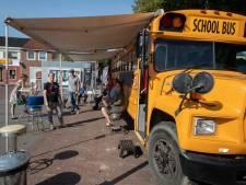Rondreizend gezelschap maakt laatste ronde door Noordoostpolder met Amerikaanse schoolbus: 'Ga de gesprekken missen'
