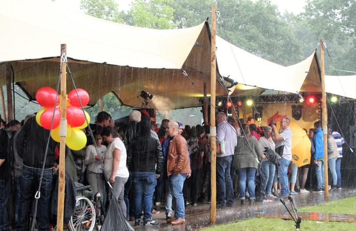 Als het laaste uur van het muziekfeest ingaat, begint het te stortregenen, maar het feest met Hans Coolen gaat gewoon verder.