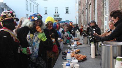 Carnavalisten verorberen in geen tijd 1.000 koffiekoeken