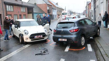 Bestuurster wijkt af van rijbaan en knalt op geparkeerd voertuig