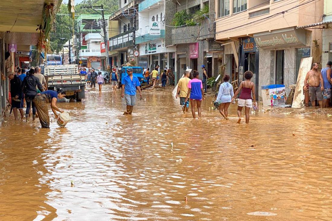 Ondergelopen straten in het plaatsje Iconha.