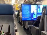 Un adolescent installe son écran géant dans un train