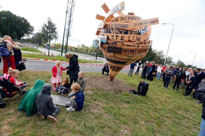 Een metershoge tol opgebouwd uit verschillende kronkelende planken met daarop de gedachten, dromen en levensmotto's van bewoners.