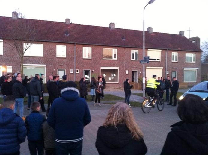 Demonstranten verzamelen zich voor het huis waar 4 vluchtelingen worden gehuisvest.
