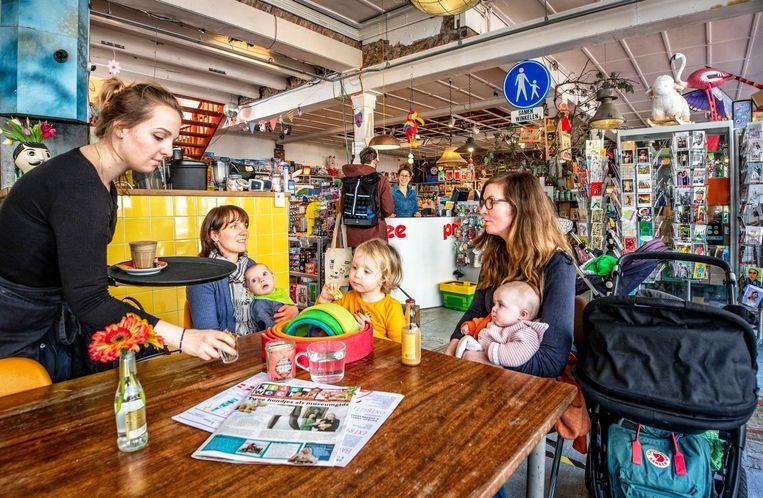 Gonneke  van der Vijver van Meneer Paprika in Haarlem: 'Mensen lopen bij ons naar binnen om speelgoed op te meten voordat ze het ergens anders online bestellen'. Beeld Raymond Rutting