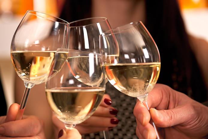 Toosten - proosten - witte wijn - wijntjes - glas - glazen