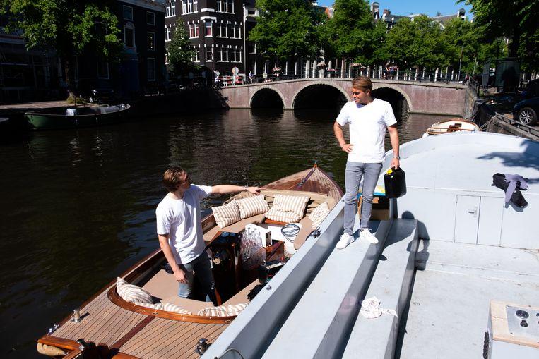 Oprichters Marnix Stokvis en Marc van Zuylen van Aquablu op de sloep. Beeld Aquablu