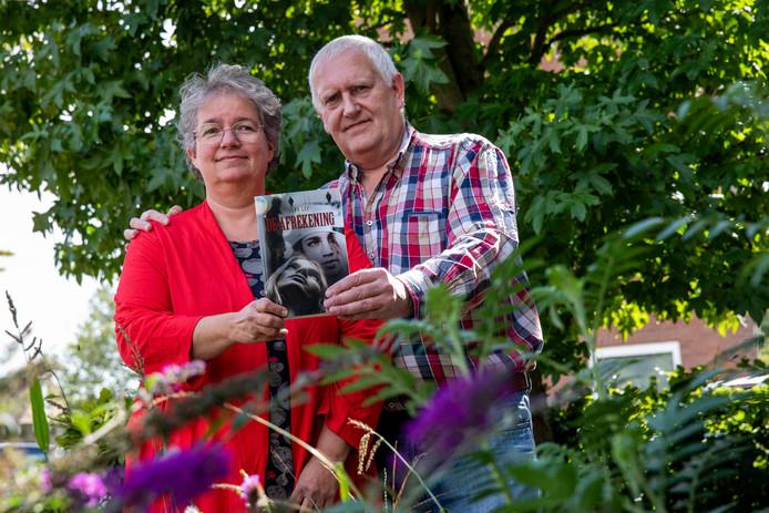 Jan en Rachel, pseudoniem Jara Lee, met hun boek De Afrekening.
