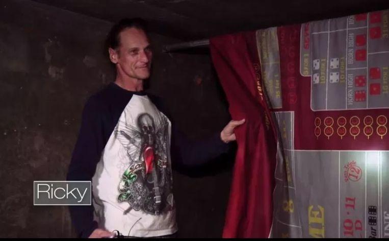 Ricky toverde het laken van een roulettetafel om tot een 'gordijn