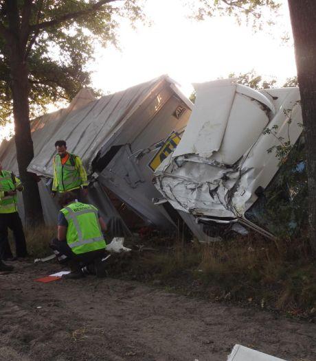 Vrachtwagen komt in sloot terecht in Veldhoven