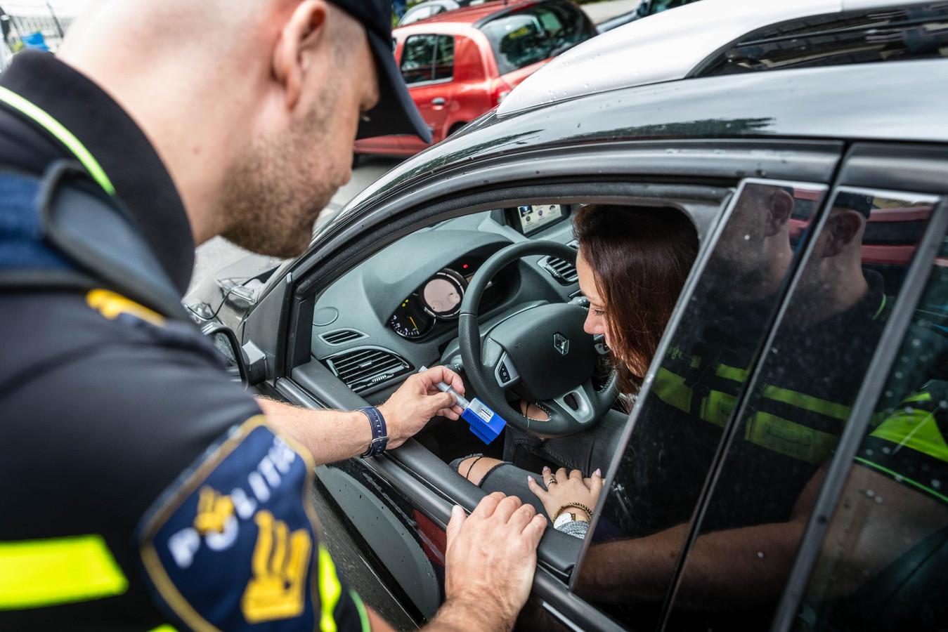 Een agent legt een speekseltest af.