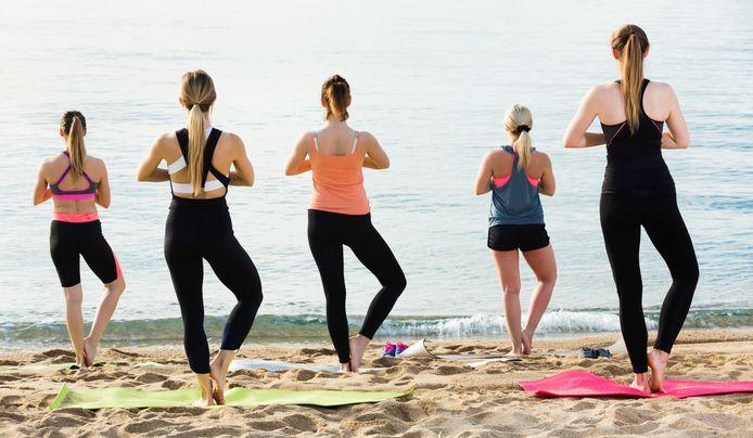 De wind in je haren, de zilte geur van de zee en het geluid van de golven, er is geen meer ontspannende plek om aan yoga te doen dan de kust.