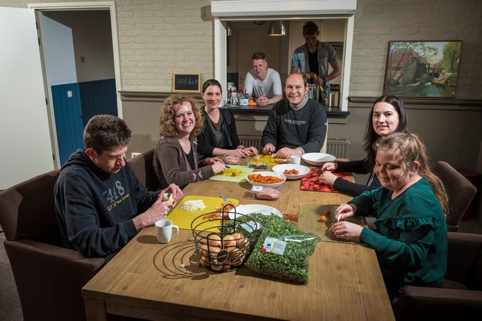 Samen koken en samen eten. Patrice van Vemde (links), Heleen Bagerman, Antje de Geus, Vincent Burink, Amy Marskamp en Bianca van Gelder en staand achter Edward Vreeswijk en  Lorenzo Elsman.