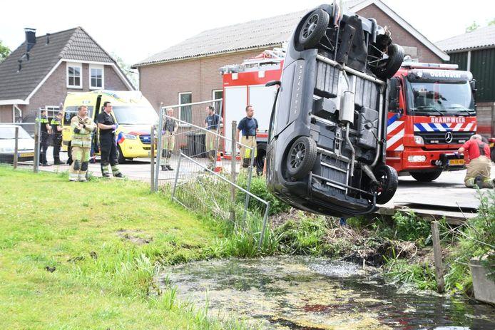 Een auto raakte te water in Papekop.