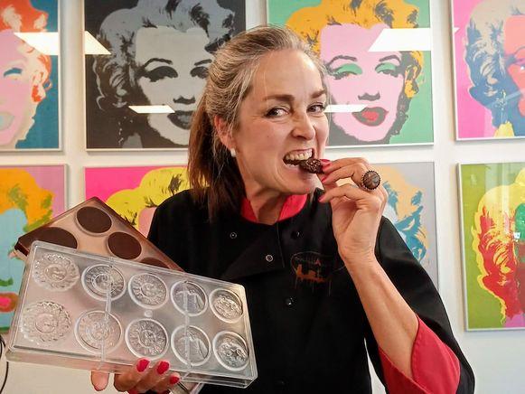 Carolien Krijnen (53) geeft chocoladeworkshops in Antwerpen.