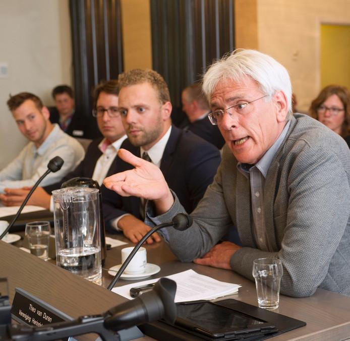 Theo van Duren (VHL) tijdens een raadsvergadering van de gemeente Landerd.