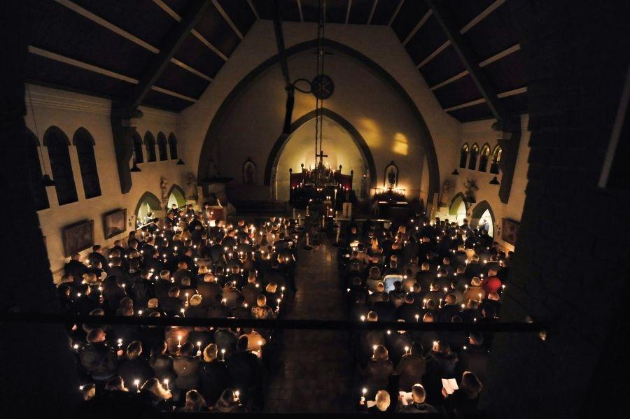 De kerkgangers verzorgden met brandende kaarsen een indrukwekkend eerbetoon aan Tim Ribberink. Foto: Carlo ter Ellen