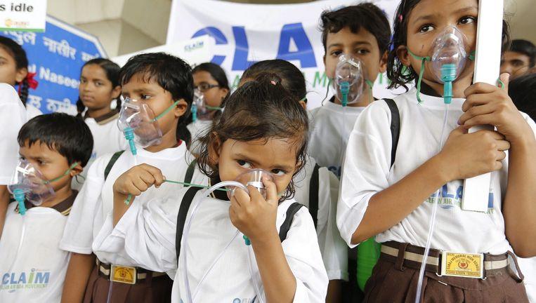 India is in het algemeen erg vervuild. Deze schoolkinderen droegen gisteren zuurstofmaskers om het probleem aan te kaarten.