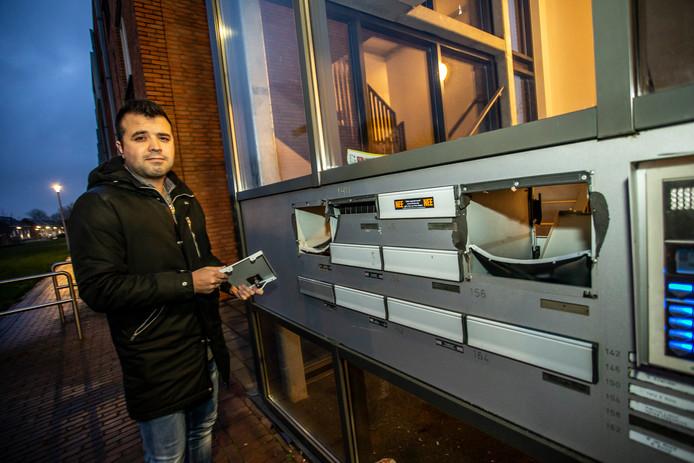 Volkan Yildirim voor de met vuurwerk opgeblazen brievenbus van zijn ouders. Voorlopig krijgen zijn ouders geen brieven, kaarten of andere post.