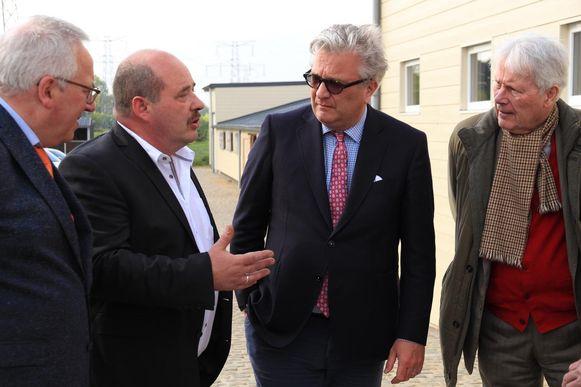 Prins Laurent krijgt een rondleiding in het nieuwe dierencentrum.