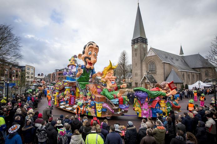 Beeld van de grote optocht van carnavalsvereniging De Papsleef'n in Geesteren.
