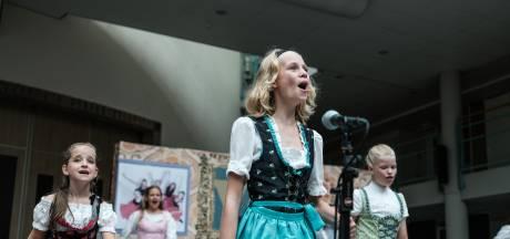 Jong verrast oud met coronaproof-theater: reis door de tijd met muziek