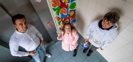 Kleurrijke tekeningen op deuren: kunstenaar Iwaz en bewoners vrolijken Heiningenflat op