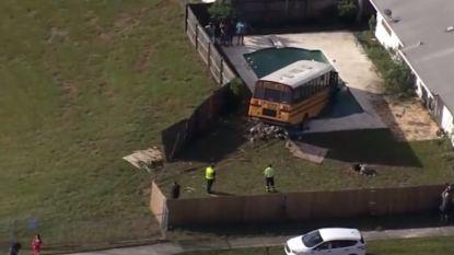 Schoolbus belandt in zwembad