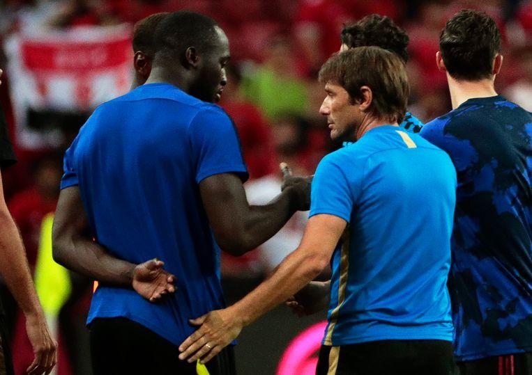 Romelu Lukaku met coach Conte. De foto werd enkele weken terug genomen, toen Lukaku nog onder contract stond bij United en in de VS een oefenwedstrijd speelde tegen Inter.