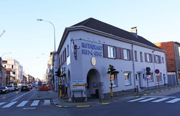 Het huidige restaurant, op de hoek van de Kalkoven en de Prieelstraat, verdwijnt onder de sloophamer.