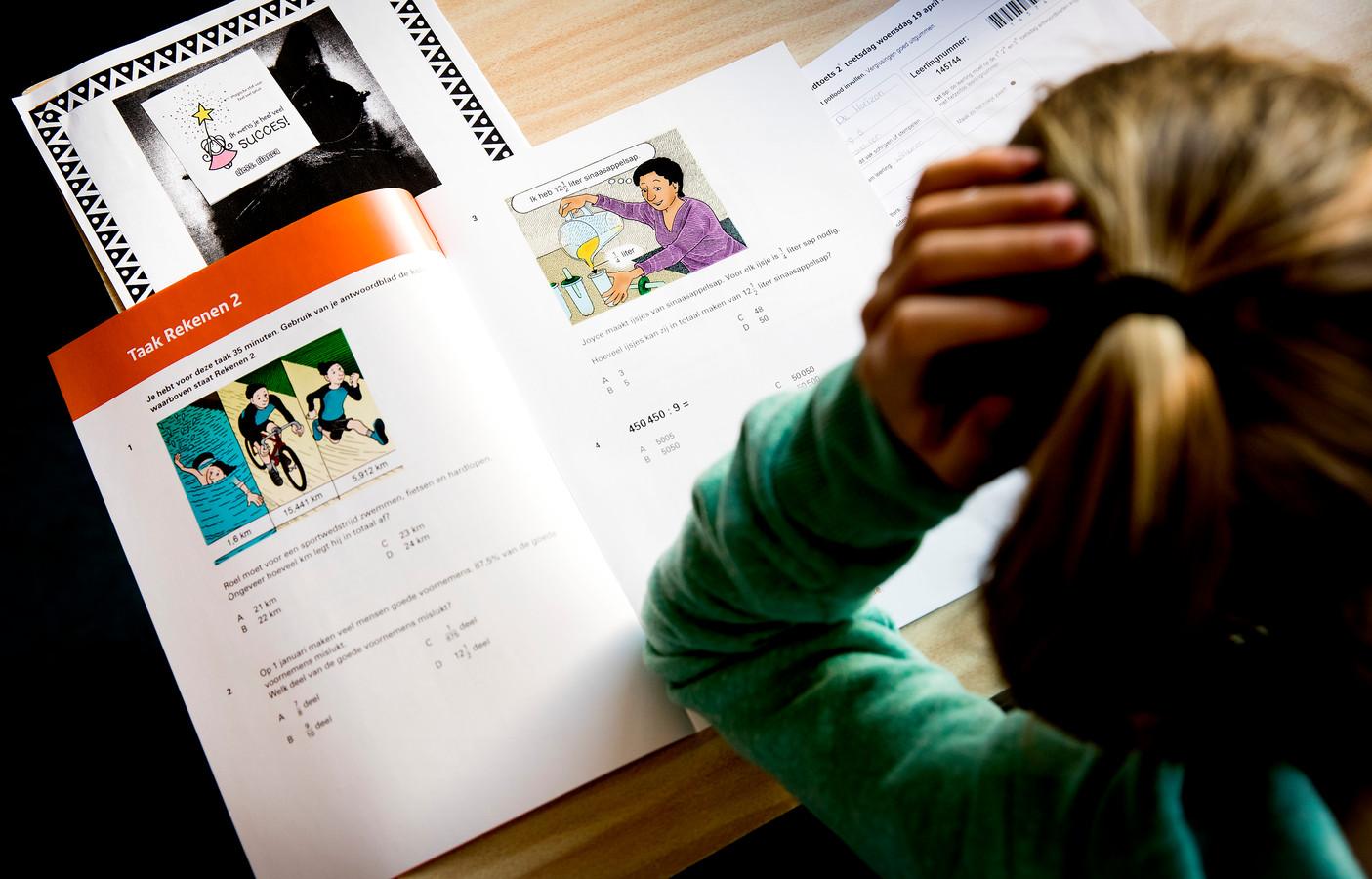 Leerlingen op de basisschool moeten na hun eindtoets pas hun middelbare schooladvies krijgen.