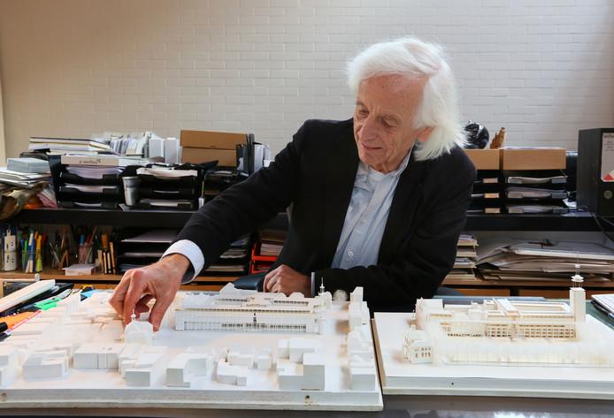 Architect Hans Ruijssenaars is op deze archieffoto te zien met rechts een eerste stadhuismaquette uit 1987, en links de maquette uit 1989 die laat zien hoe het gebouw uiteindelijk werd.