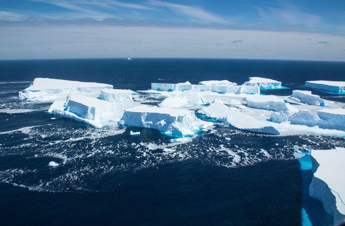 Afgebroken stukken ijs van de gigantische ijsberg A-68A drijvend in het zuiden van de Atlantische Oceaan nabij het eiland South Georgia.