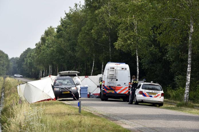 Politie doet onderzoek bij een terreinwagen, waar een 72-jarige jager uit Vriezenveen is omgekomen bij een schietongeluk.